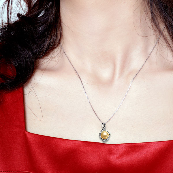 佐卡伊 仙境-南洋金珠钻石吊坠 白18K金女式吊坠   佩戴效果