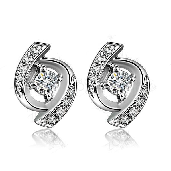 甜蜜  白18K金钻石耳钉,主钻两颗,各0.015克拉,副钻16颗