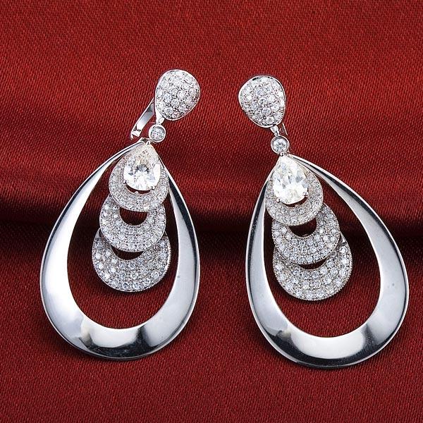 0.6克拉水滴形钻18白金镶钻石耳钉,孔雀翎羽造型,尽显女性优美气质
