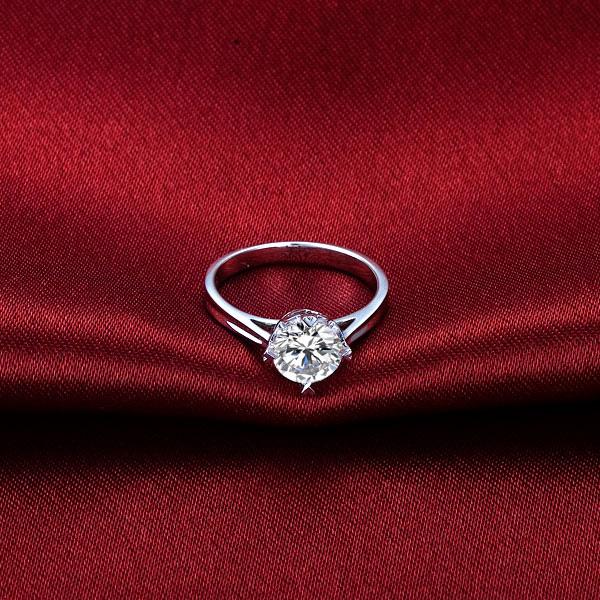 》》点击进入【爱之悸动】 白18k金50分/0.5克拉钻石戒指
