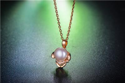 珍珠吊坠有什么寓意  佩戴珍珠吊坠代表的意义