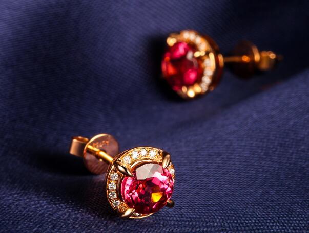 宝石耳钉怎样戴好看 宝石耳钉的选购