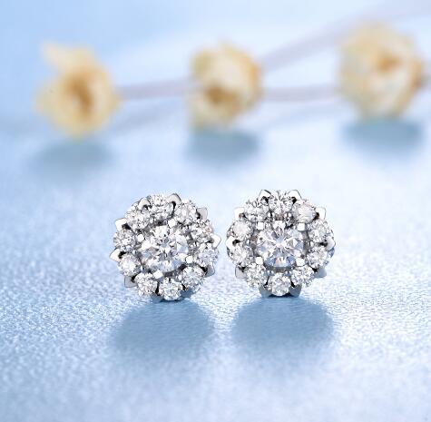 钻石耳钉的搭配 钻石耳钉的佩戴