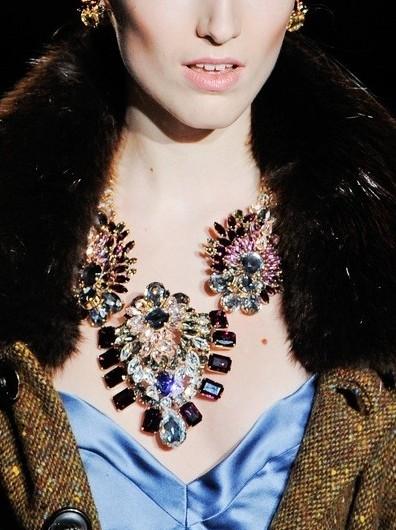 复古水晶珠宝在DSquared2秀场上大受关注