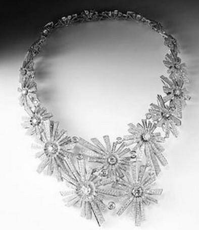 如何选择镶嵌钻石首饰的金属二