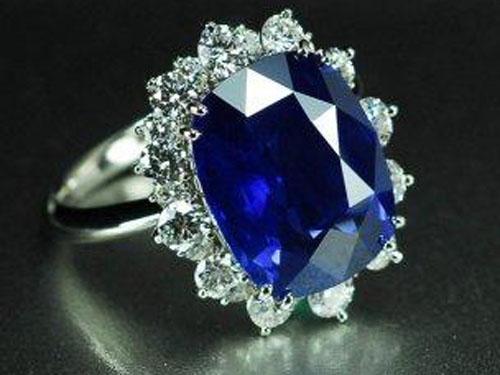 蓝宝石戒指镶嵌搭配