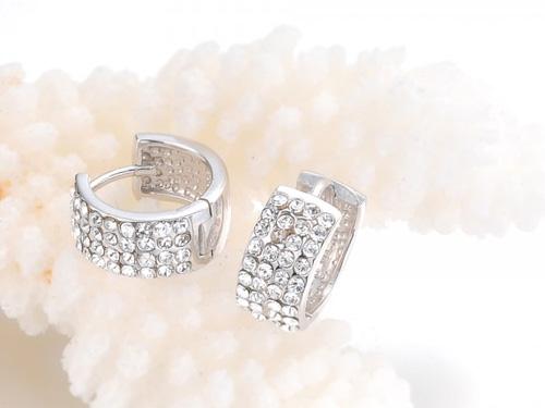 定期检查钻石耳环