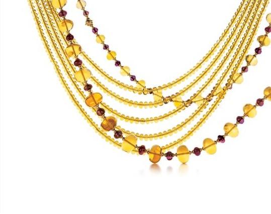 毕加索女士的作品深受其旅行经历及异域风情的影响。她常去威尼斯旅行,并深深沉醉于威尼斯的建筑美感之中。凭借对珠宝设计与生俱来的敏锐触觉,毕加索女士以四个不同主题的珠宝作品完美诠释了威尼斯的唯美韵致与历史传承。由此诞生的Goldoni系列从威尼斯铁艺大门汲取灵感,令人仿佛身临其境,一瞥这座城市辉煌宅邸中庭院的极致华美,其中极具代表性的作品有18K黄金镶钻项链和18K黄金镶钻及宝石耳环。