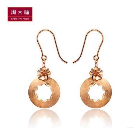 周大福K-gold系列双色花朵18K金耳环E 109040