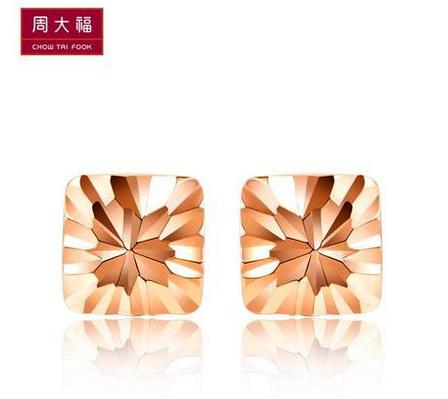 周大福车花方形18K玫瑰金耳钉E 105871