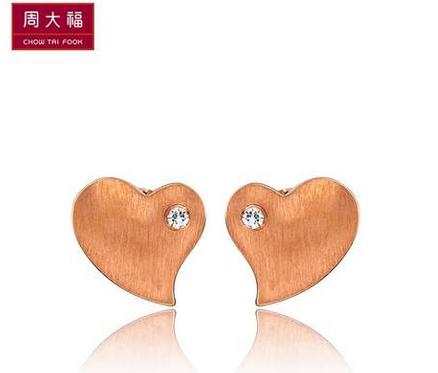 【心动系列】周大福旋转心动玫瑰金镶钻耳钉NU 41