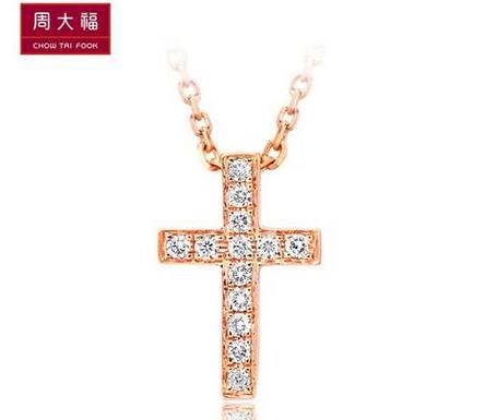 周大福时尚个性十字架18K金钻石锁骨链/项坠U 129449