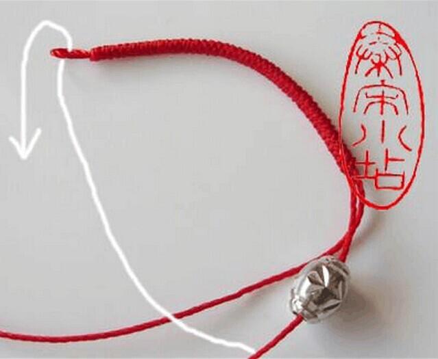 转运珠戒指是用银,玉或者黄金打造成红枣大小的圆形