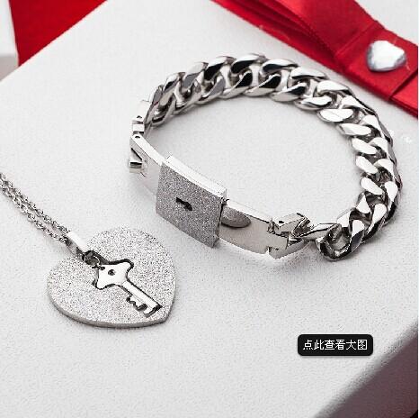 情侣心锁手链钛钢项链手链二件套 带钥匙手环配锁心链 参考价:129元