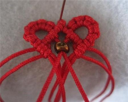 手链编法教程图解:          制作材料:三颗珠子,两个小铜环,玉线十条