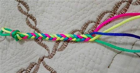 编法图解:          制作材料:各种渐变颜色的线4条