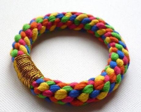 五股辫手链,就是由五股绳编制而成的手链,编头发也可以这么编哦!