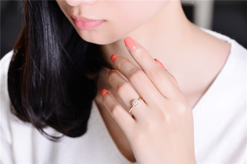 在无名指佩戴戒指可以让两个人的心更好的联系在一起