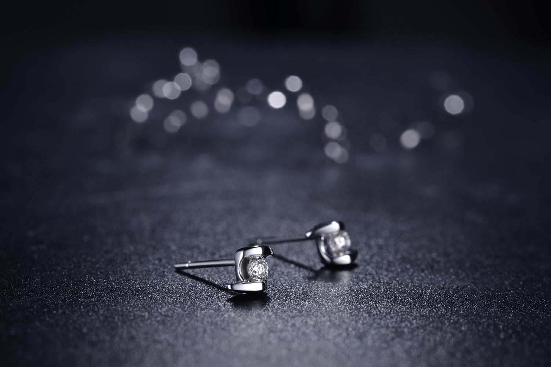 钻石耳钉戴在左边有什么意义