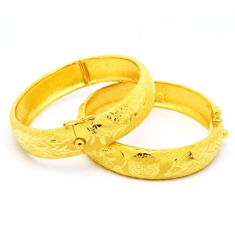 黄金手镯在国内有着非常悠久的传统,因此它的款式也分为传统型和新潮型两种,像我们父母与奶奶那一辈的,都比较倾向于传统型的,一般都是刻有龙凤呈祥的花纹,或者波浪款式,总之表面上会有很多繁杂的花纹,这些黄金饰品都无不透着传统经典的韵味。而新潮型的款式就比较有新意,像精美的镂空款、俏皮可爱款、还有以线条感与层次感设计结合的具有自然气息的自然情趣款,也有简约大方款,更有根据佩戴对象采用不同彩宝搭配于黄金上的各种赋予美好寓意的款式等等,都是时下深受大家青睐的黄金手镯款式。