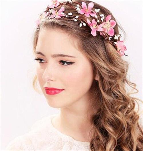 珠宝知识 求婚词 新娘最爱的欧式婚纱发型    这款欧式复古新娘发型最