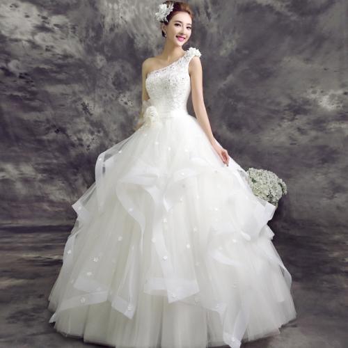 1,新娘挑选婚鞋时,在注意与婚纱礼服相搭配的情