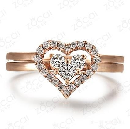 18K玫瑰金群镶钻石女戒  一款两戴 ,镶有3种大小的钻石,最大的一颗为公主方钻